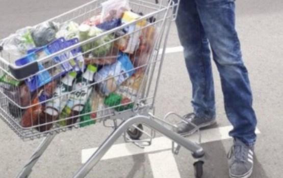 """Соцсети: """"Можно ли в Латвии за 40 евро купить такую корзину с мясом и молочными продуктами?"""""""