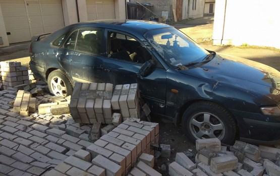 «Несуществующий» забор рухнул прямо на машину