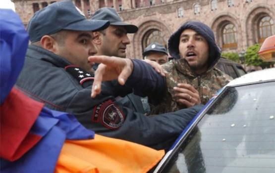 Президент Армении вышел к протестующим в Ереване