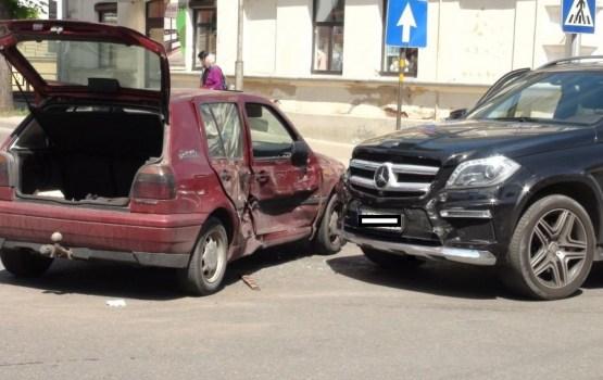 Фотофакт: авария в центре города, двое пострадавших