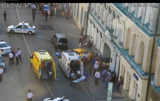 В центре Москвы такси наехало на пешеходов: пострадали фанаты из Мексики