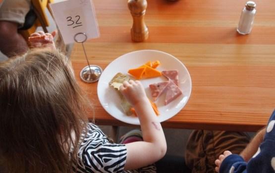 Фирмы в школах и детских садах будут кормить по-новому