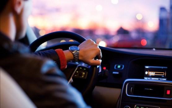 Сейм ужесточил штрафы для водителей: €280 за дрифт, €100 — за разговор по телефону