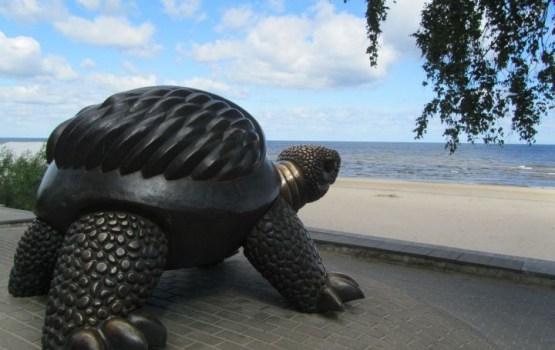 Жена автора «юрмальской черепахи»: «Скульптура может уехать в Китай»