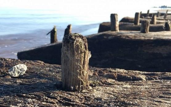 На побережье Даугавгривы вымыло обломки древнего корабля