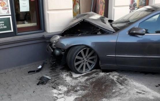 В центре Риги автомобиль въехал в стену McDonald's