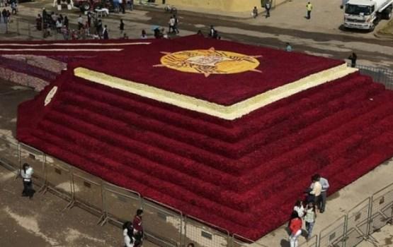 В Эквадоре построили пирамиду из полумиллиона роз