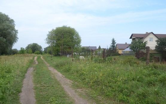 Дом с видом на косогор и деревенскую дорогу