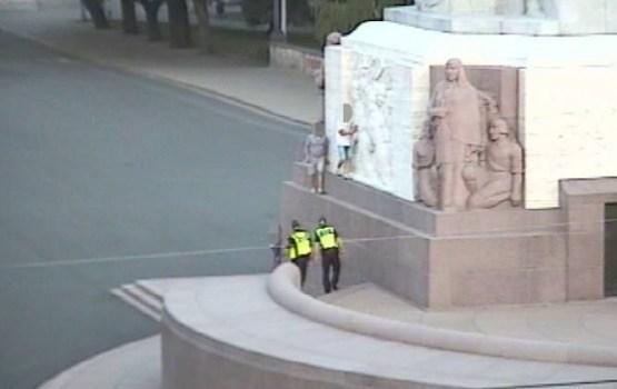 Двое эстонцев взобрались на памятник Свободы