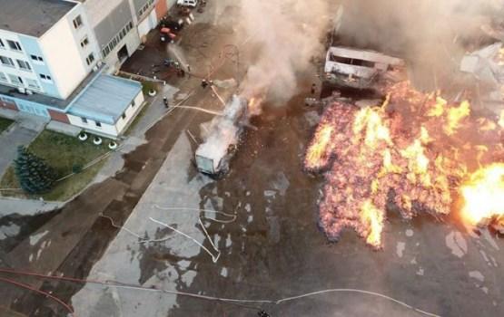 В Плявниеках сгорели фуры, алкоголь и бытовая химия: пострадало 10 спасателей (ВИДЕО)