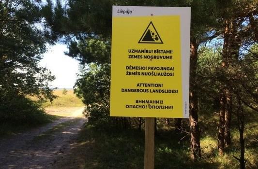 В Лиепае после гибели мальчика на пляже установили предупреждающие знаки