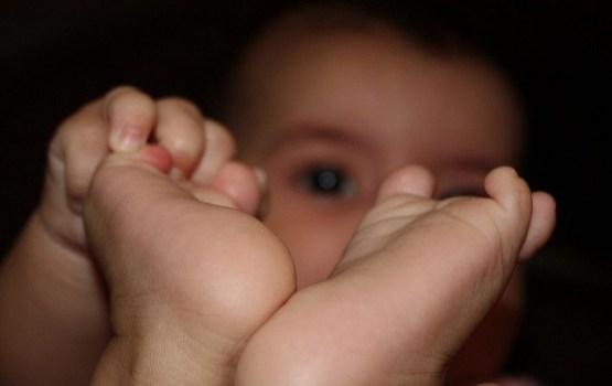 Ждите, когда лопнет кишка: хирурги отказались оперировать малыша из-за нехватки квот