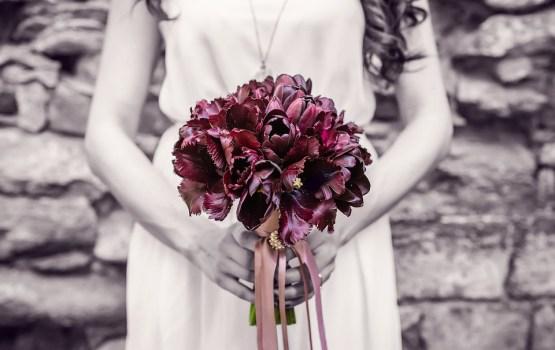 Убитая горем невеста обручилась с трупом жениха во время его похорон
