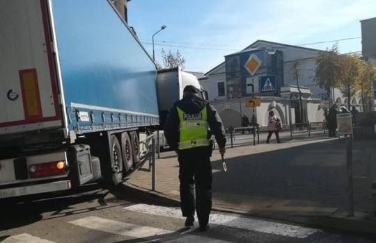 Фотофакт: в центре города фура не вписалась в поворот