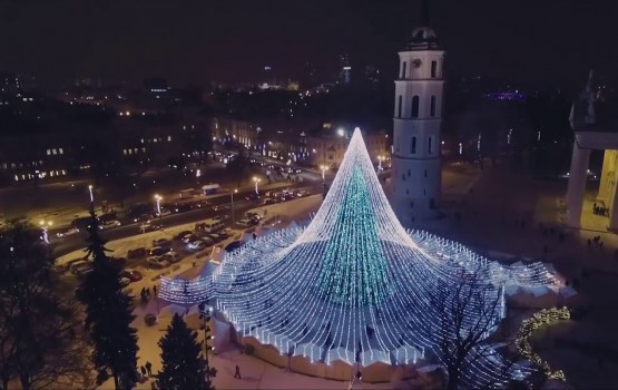 Почувствуй разницу: в Риге и Вильнюсе зажгли главные елки страны