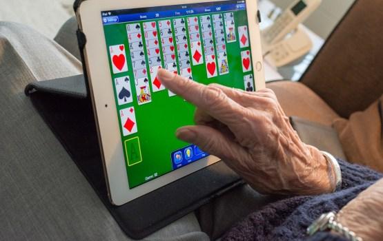 Пожилые люди делятся фейковыми новостями в Facebook с большей легкостью
