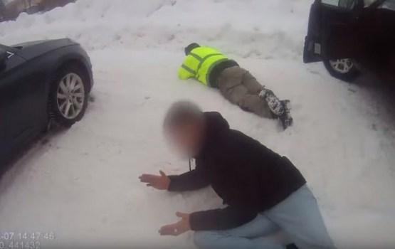 Без страховки и техосмотра: полиции пришлось гнаться за водителем с оружием