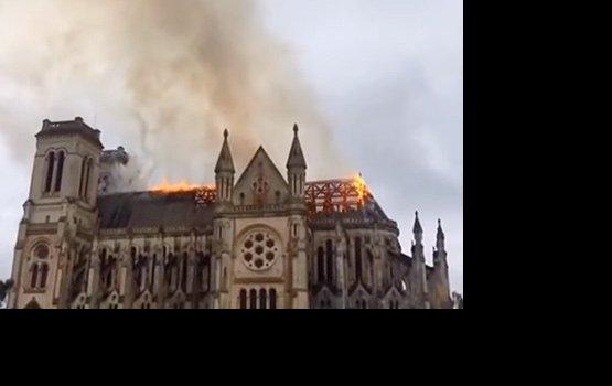 Во Франции загорелся один из старейших католических храмов