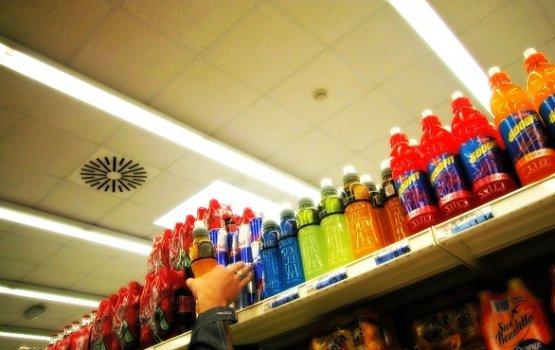 Сейм одобрил запрет на продажу энергетических напитков несовершеннолетним