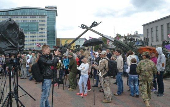 НАТО в Даугавпилсе: американские Stryker и восторженные дети
