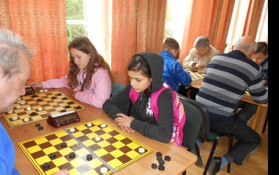 Шашисты и шахматисты боролись за победу