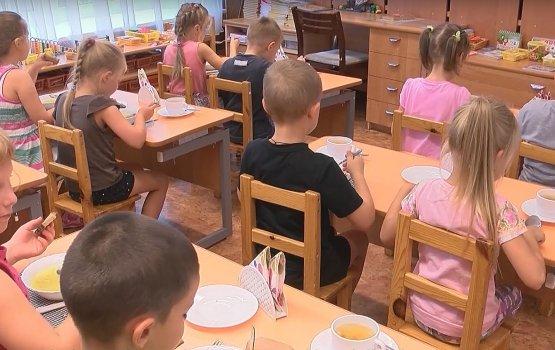 """""""За и Против"""", выпуск 11: должно ли государство оплачивать питание в детских садах?"""