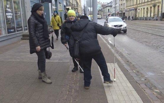 Эксперимент с белой тростью – слепые оценивают ремонт столичной улицы