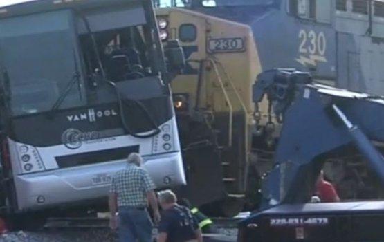 Десятки человек пострадали при столкновении поезда и автобуса в США
