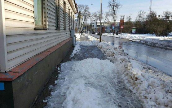 Снег с крыш заваливает тротуары