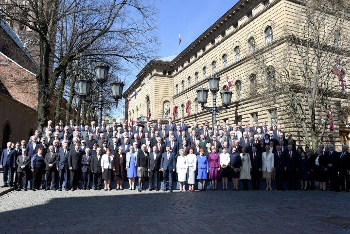 Депутаты сделали групповое ФОТО во дворе Сейма и пообещали латвийцам прорыв