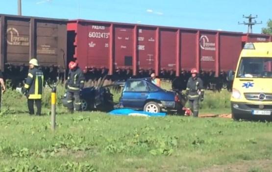 При столкновении поезда и автомобиля в Лиепае погибли два человека