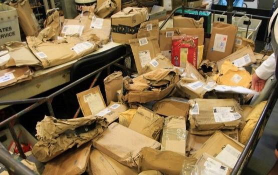 В Латвию из Великобритании прибыли сотни поврежденных почтовых посылок