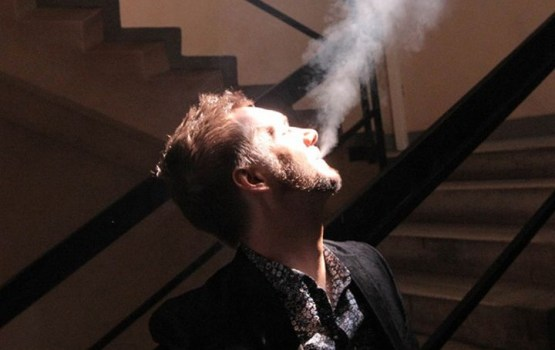 Курят у подъезда