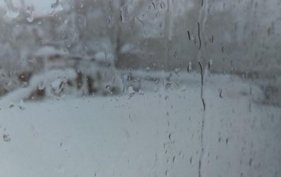 По всей Латвии будет идти дождь или мокрый снег, усилится ветер