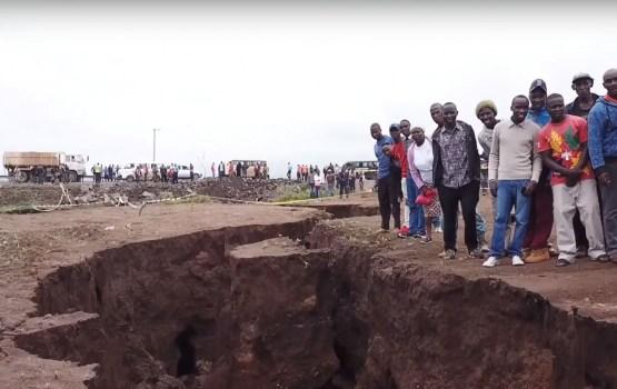 """Гигантскую трещину в земле, """"раскалывающую Африку надвое"""", сняли на видео"""