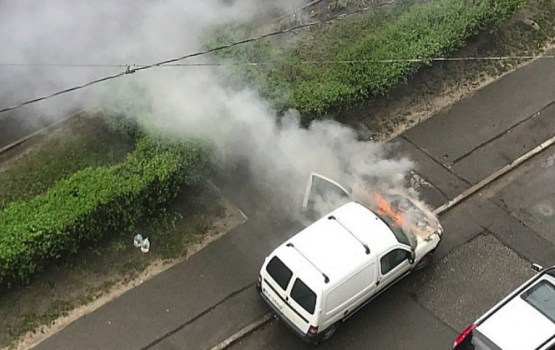 Фотофакт: cегодня утром в Риге сгорел автомобиль