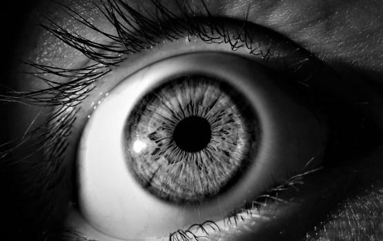 Курземе: женщина перепутала упаковки и закапала себе в глаза суперклей