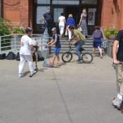 Скейтеры организовали флешмоб возле Даугавпилсской думы