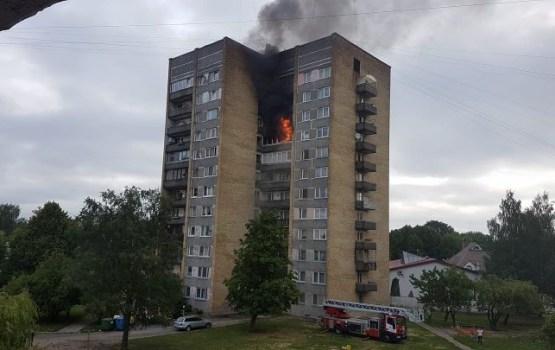 Жуткий пожар в одном из многоэтажных жилых домов в Риге (ВИДЕО)