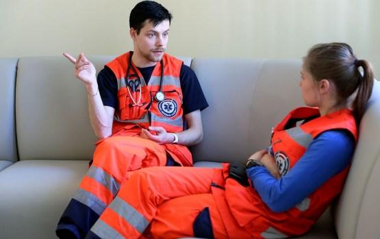 Бил руками и ногами: в Риге напали на автомобиль скорой помощи