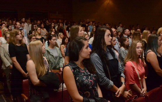 «СейЧас»: гимн спели 600 первокурсников университета