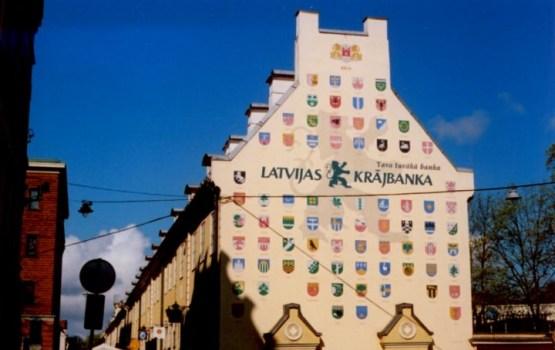 Опрос: все больше латвийцев не доверяют коммерческим банкам