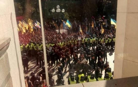 У здания Рады произошли столкновения между силовиками и митингующими
