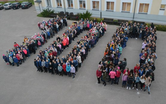 «Латвии – 100»: 9 средняя школа присоединилась к флешмобу