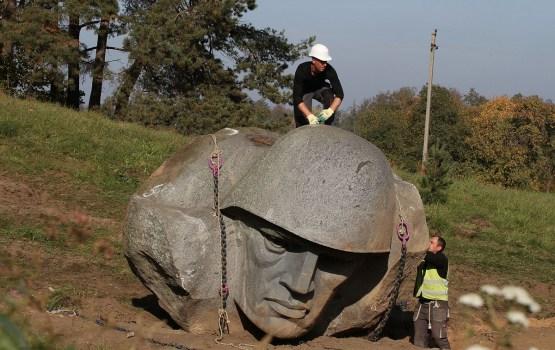 В Литве демонтировали скульптуру советского солдата (ВИДЕО)