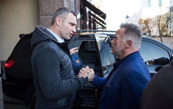 Шварценеггер и Кличко прогулялись по Киеву