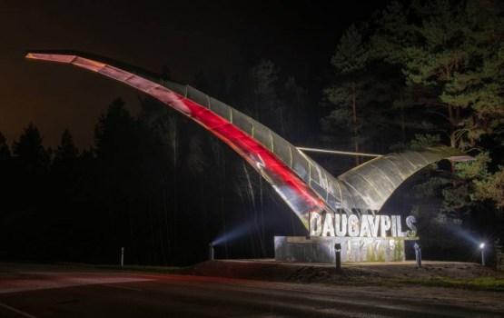 Фотофакт: даугавпилсскую «Чайку» подсветили к столетию Латвии