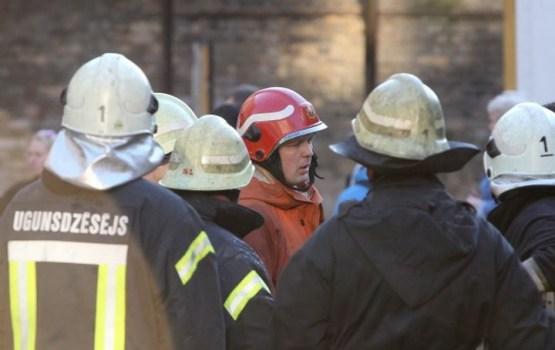 Пожарные спасли дрейфовавшую на льду собаку