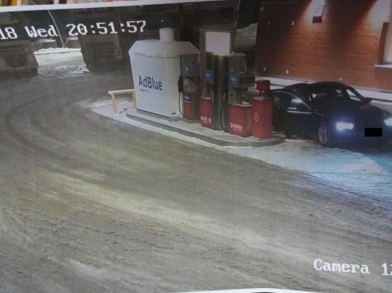 Синий BMW «бомбит» латгальские заправки (дополнено)