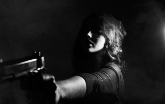 Женщина влюбилась в сокурсницу, а затем убила тремя выстрелами в спину